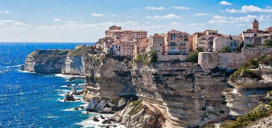 Woningen aan kust van Corsica