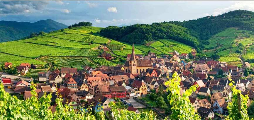 Elzas dorpje met bergen