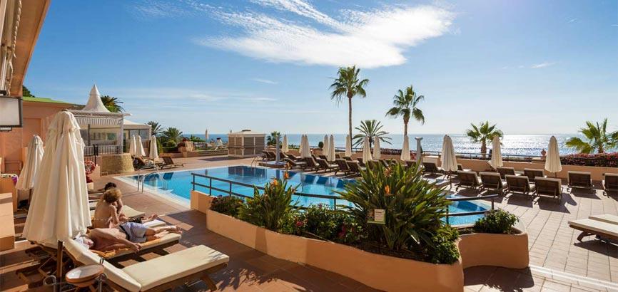 uitzicht over strand en zee in Marbella
