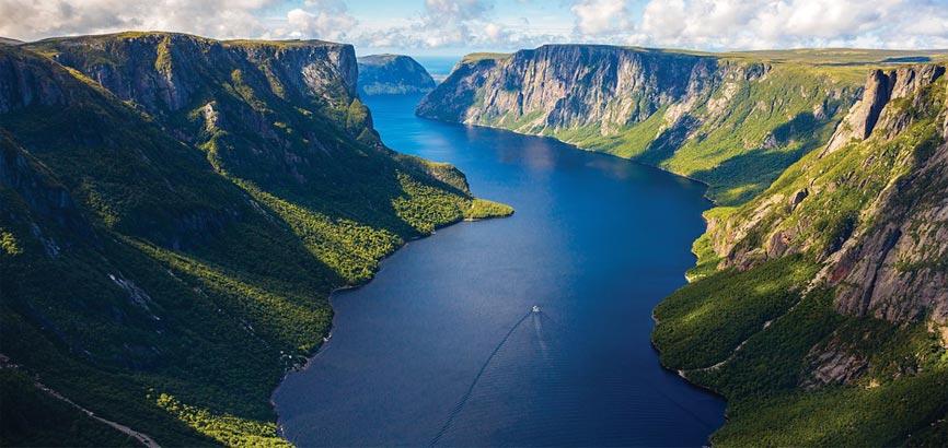 Bergen en rivier in Newfoundland