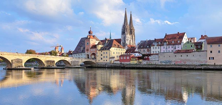 aanzicht vanaf het water over stad Regensburg