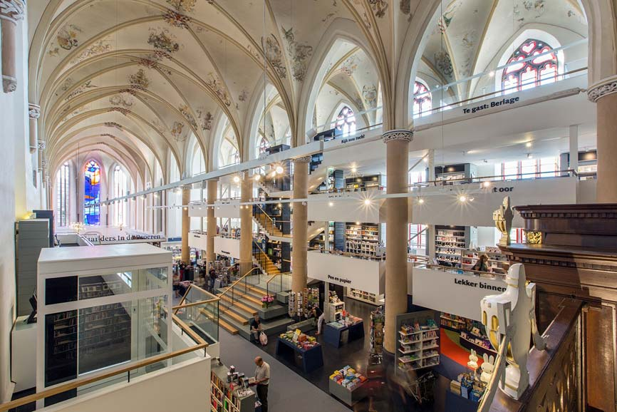 Binnen in bibliotheek Waanders in de Broeren